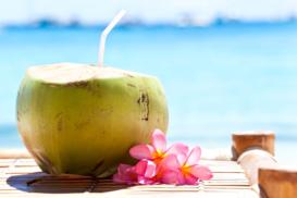 Đau bụng kinh có nên uống nước dừa không?