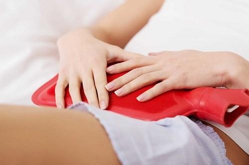 Giảm đau bụng kinh hiệu quả bằng cách chườm nóng